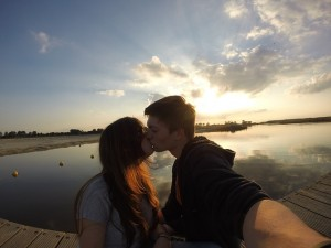 couple-kissing-selfie